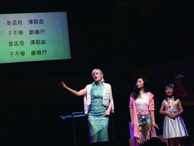 陳明恩教台下觀眾唱《人之初》